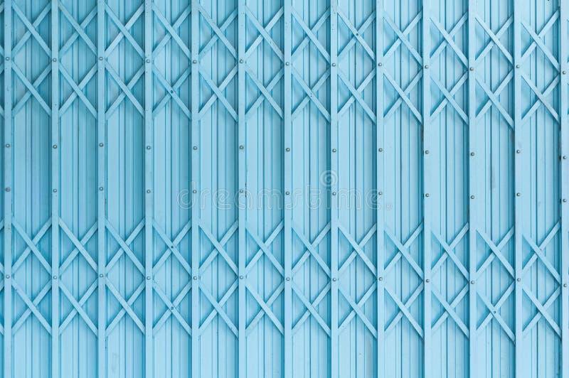 Vecchio modello di struttura della porta o fondo d'acciaio blu della porta dell'acciaio con metallo arrugginito fotografie stock libere da diritti