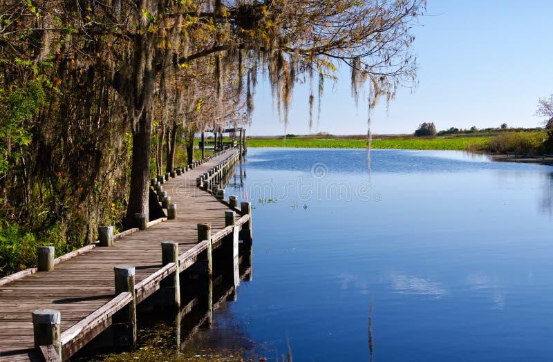 Vecchio molo su un lago d'acqua dolce, Florida fotografie stock