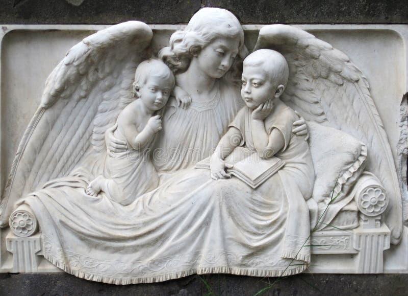 Vecchio monumento, angelo con i bambini fotografia stock