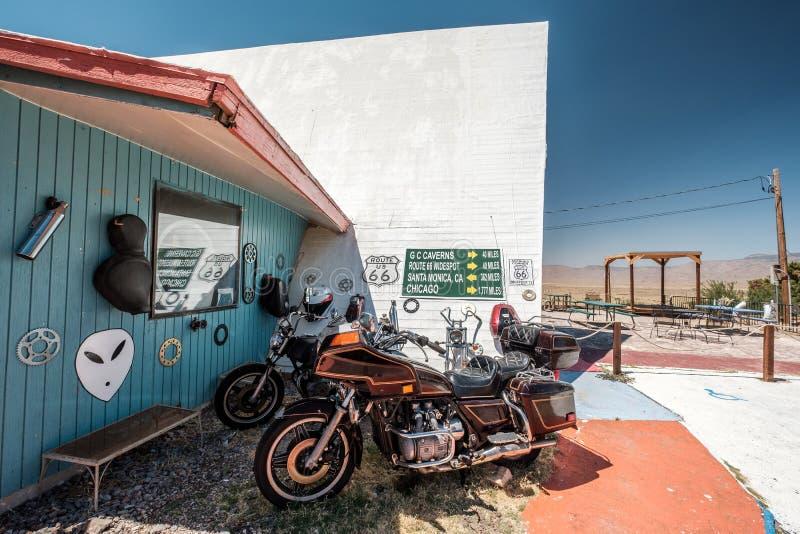 Vecchio motociclo vicino all'itinerario storico 66 in California fotografia stock