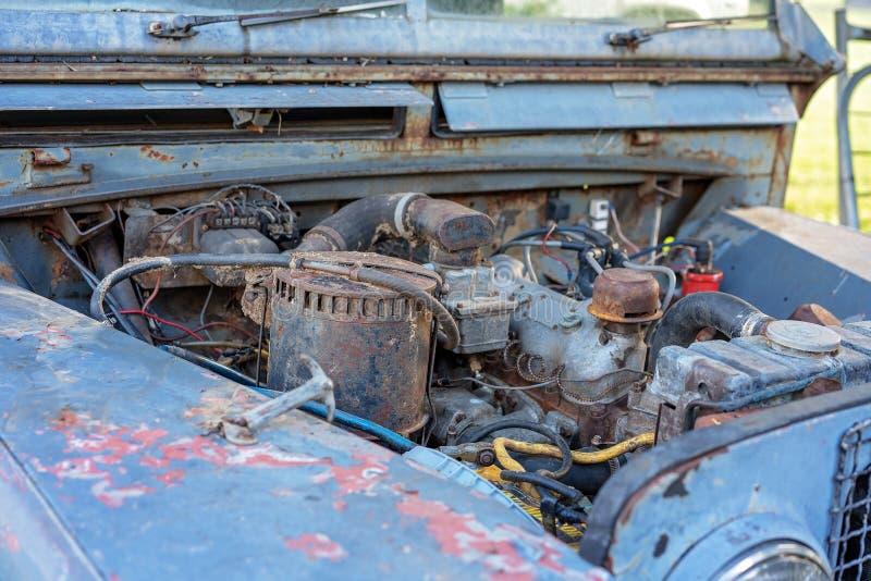 Vecchio motore di automobile abbandonato fotografie stock libere da diritti