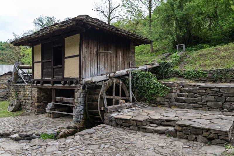 Vecchio mulino a acqua nel complesso etnografico architettonico ?Etar ? bulgaria fotografia stock libera da diritti