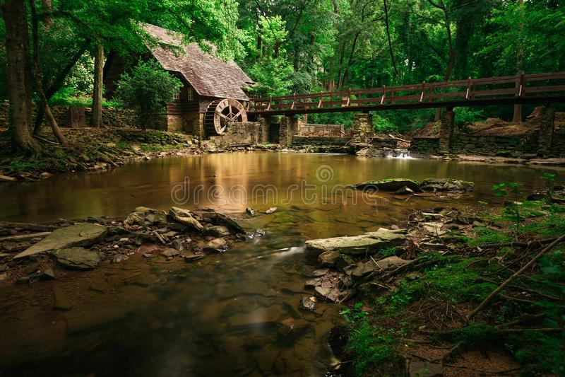 Vecchio mulino del ruscello della montagna fotografia stock