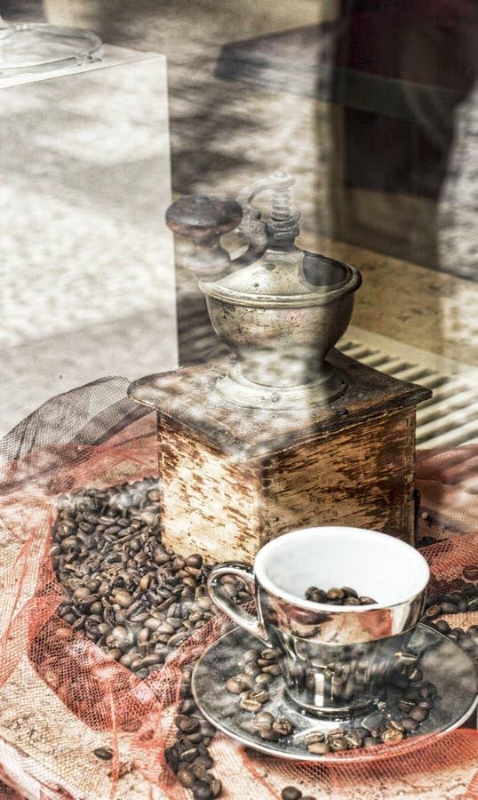 Vecchio mulino di caffè di legno con i fagioli di Coffe fotografie stock libere da diritti