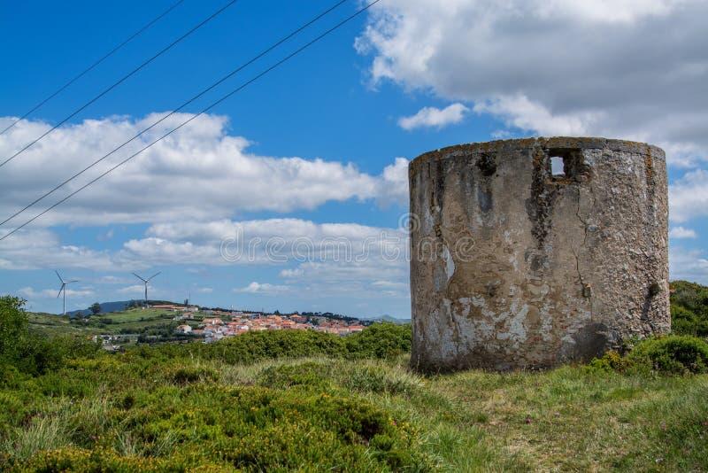 Vecchio mulino di vento su Torres Vedras Portogallo immagine stock libera da diritti