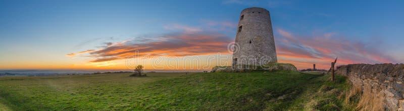Vecchio mulino a vento al tramonto fotografia stock libera da diritti