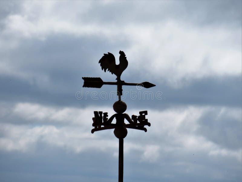 Vecchio mulino a vento del ferro in un villaggio fotografia stock libera da diritti