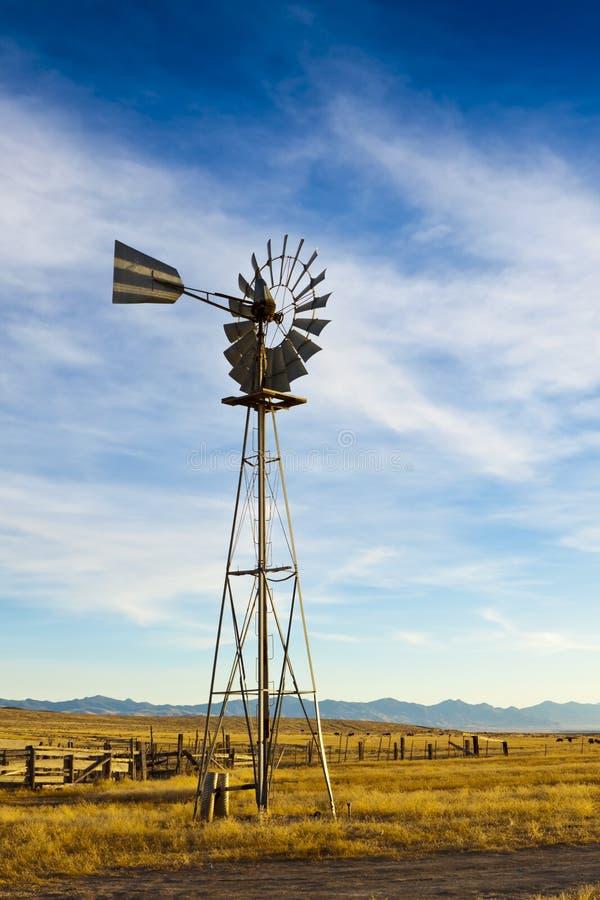 Vecchio mulino a vento del ranch fotografia stock