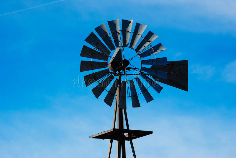 Vecchio mulino a vento dell'acqua fotografia stock libera da diritti
