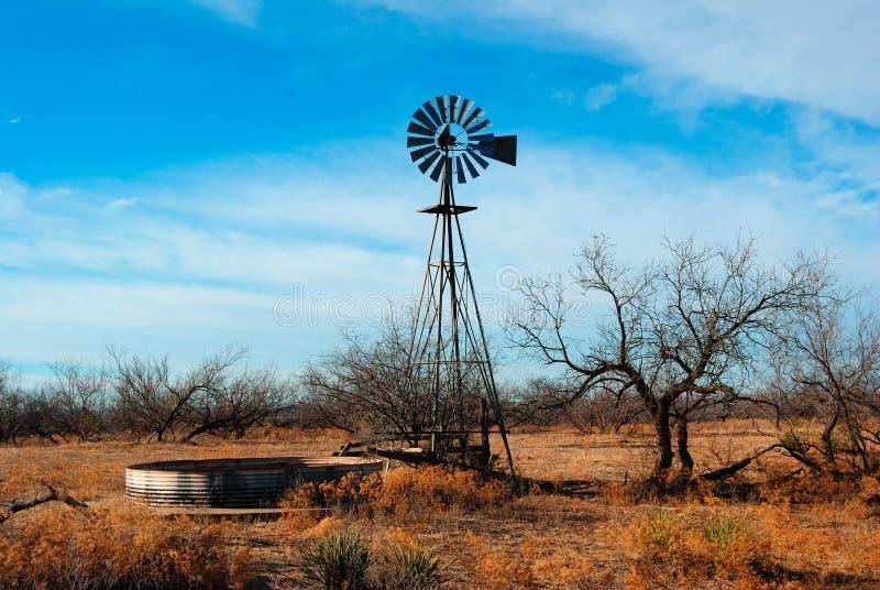 Vecchio mulino a vento dell'acqua immagini stock