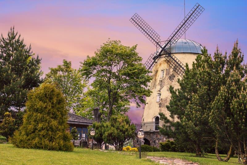 Vecchio mulino a vento della torre fotografia stock