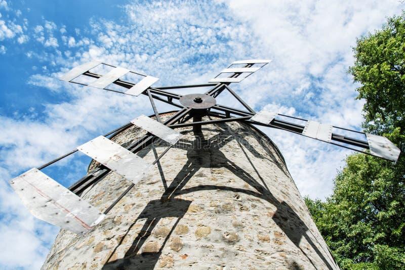 Vecchio mulino a vento della torre in Holic, Slovacchia, tema architettonico fotografie stock