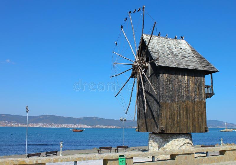 Vecchio mulino a vento di legno immagini stock libere da diritti