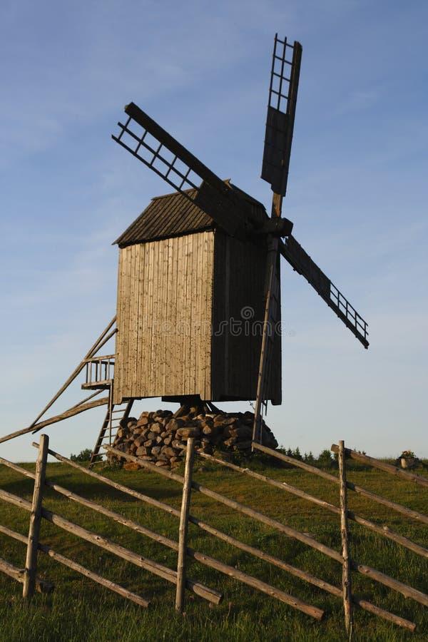 Vecchio mulino a vento di legno fotografie stock