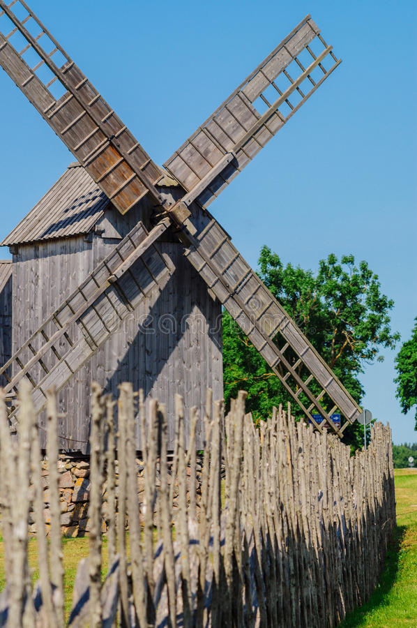 Vecchio mulino a vento di legno all'isola di Saaremaa, Estonia immagini stock libere da diritti