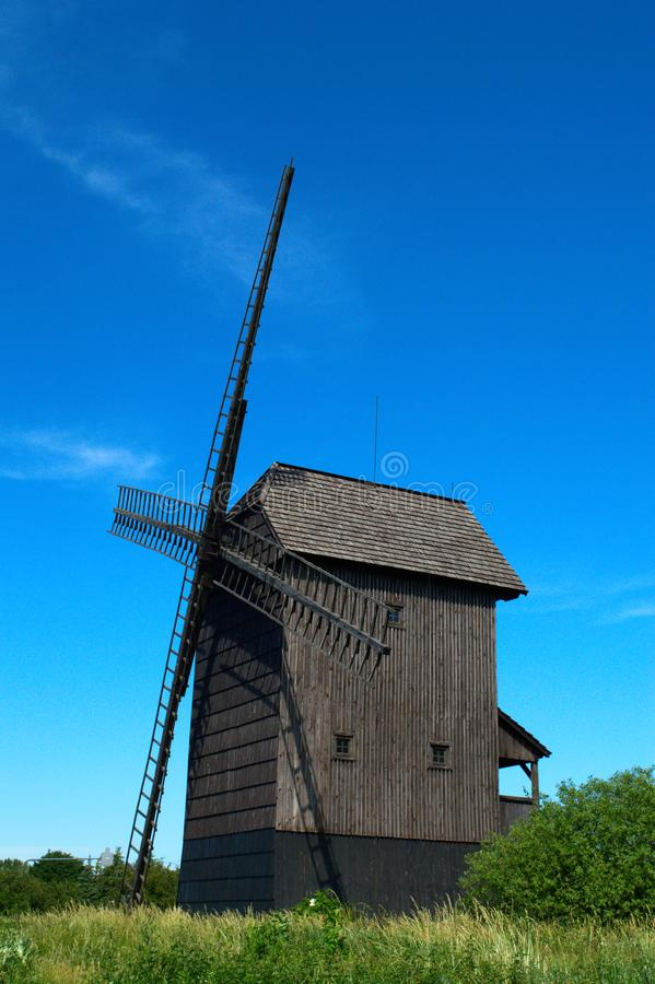 Vecchio mulino a vento di legno con i papaveri immagine stock libera da diritti