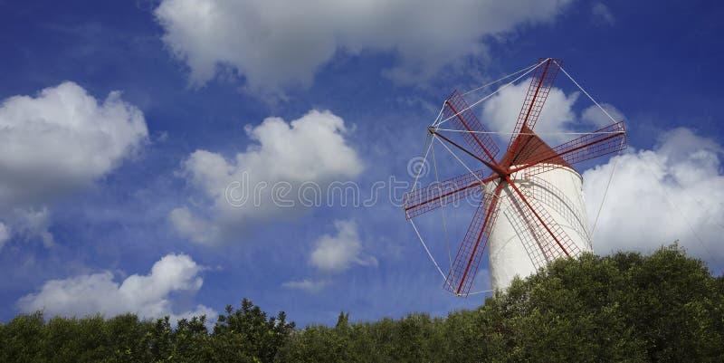 vecchio mulino a vento di menorca fotografie stock
