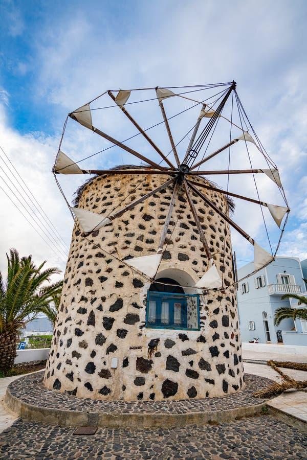 Vecchio mulino a vento nell'isola di Santorini fotografie stock