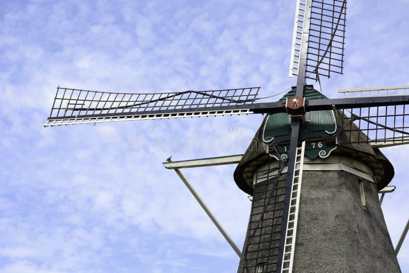 Vecchio mulino a vento olandese dell'anno 1776 con cielo nuvoloso blu, Zwolle, Paesi Bassi fotografie stock