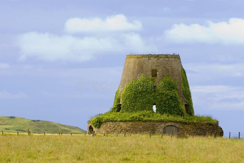 Vecchio mulino a vento, Scozia immagini stock libere da diritti