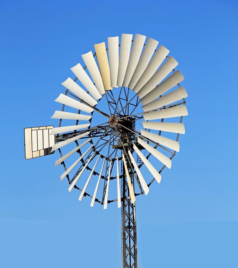 Vecchio mulino a vento su un pilone con molte ali fotografie stock libere da diritti