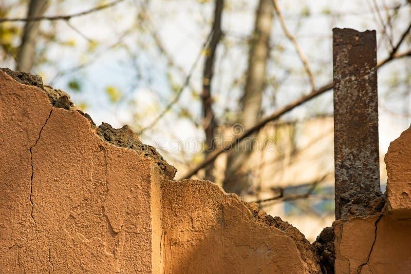 Vecchio muro di cemento distrutto con un supporto del metallo immagine stock