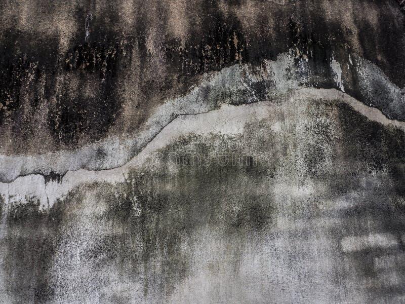 Vecchio muro di cemento sporco nero con la linea della crepa fotografie stock