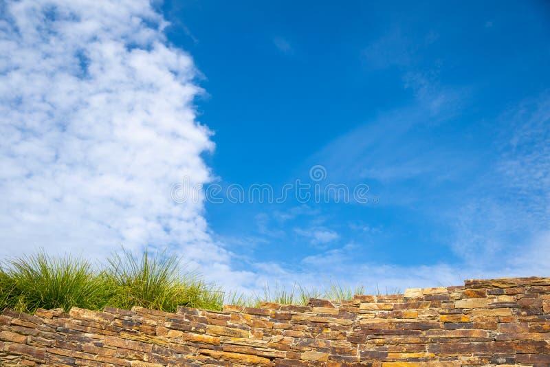 Vecchio muro di mattoni con cielo blu fotografia stock