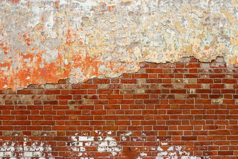 Vecchio muro di mattoni con il fondo di lerciume del gesso della sbucciatura, spazio della copia fotografia stock libera da diritti