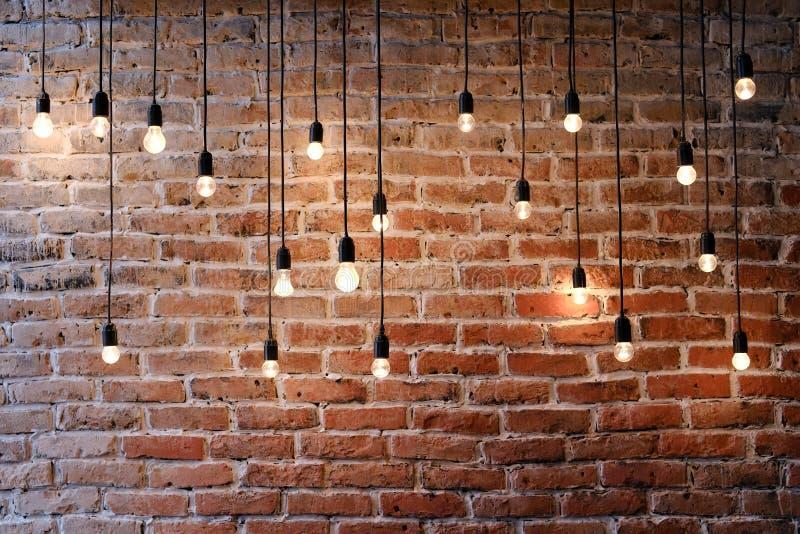 Vecchio muro di mattoni con la lampada delle luci di lampadina immagini stock libere da diritti