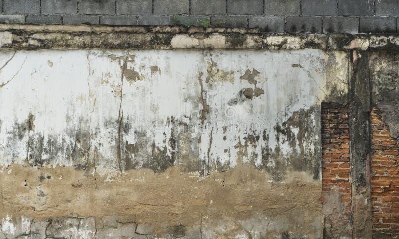 Vecchio muro di mattoni della crepa in un fondo immagini stock