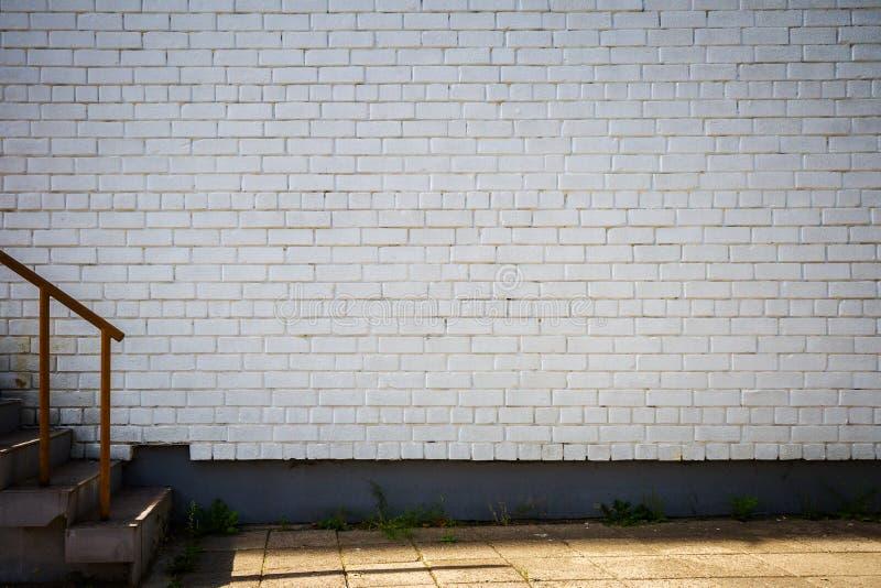 Vecchio muro di mattoni dipinto bianco immagine stock