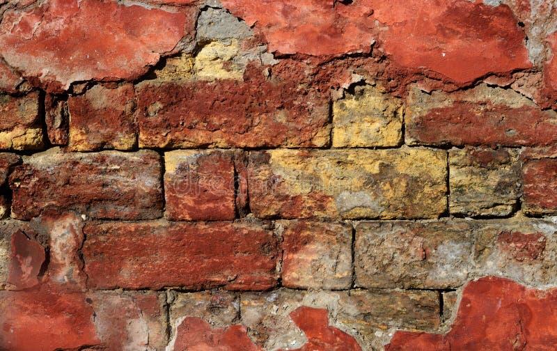 Vecchio muro di mattoni drammatico - fondo creativo per progettazione di lerciume fotografie stock libere da diritti