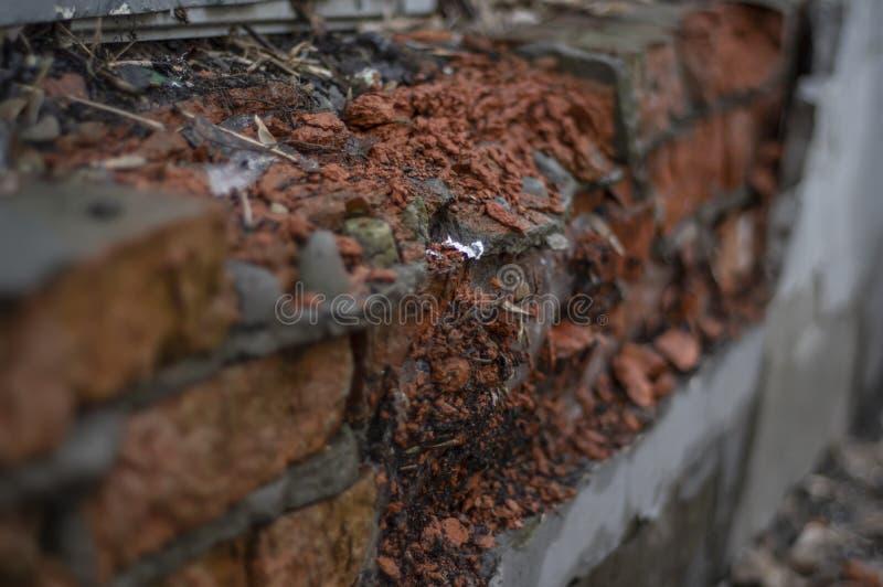 Vecchio muro di mattoni fatto del mattone rosso-arancio Superficie rotta fotografie stock