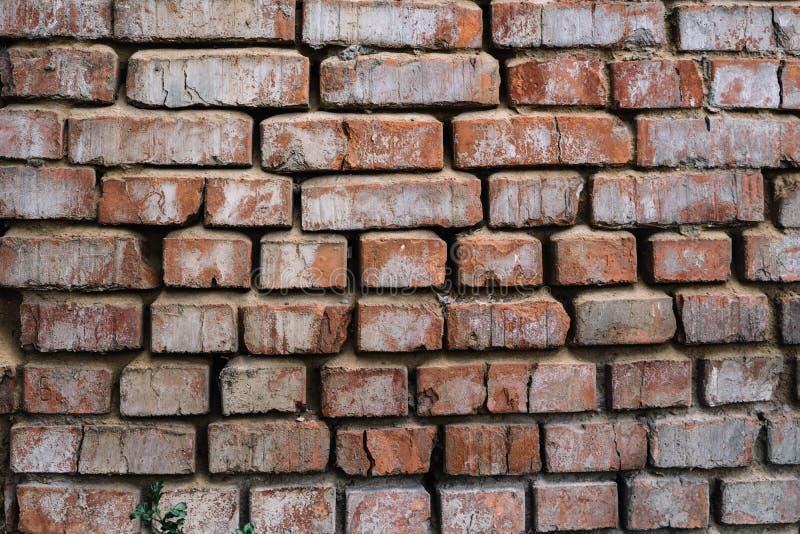 Vecchio muro di mattoni rosso, struttura incrinata della muratura immagini stock