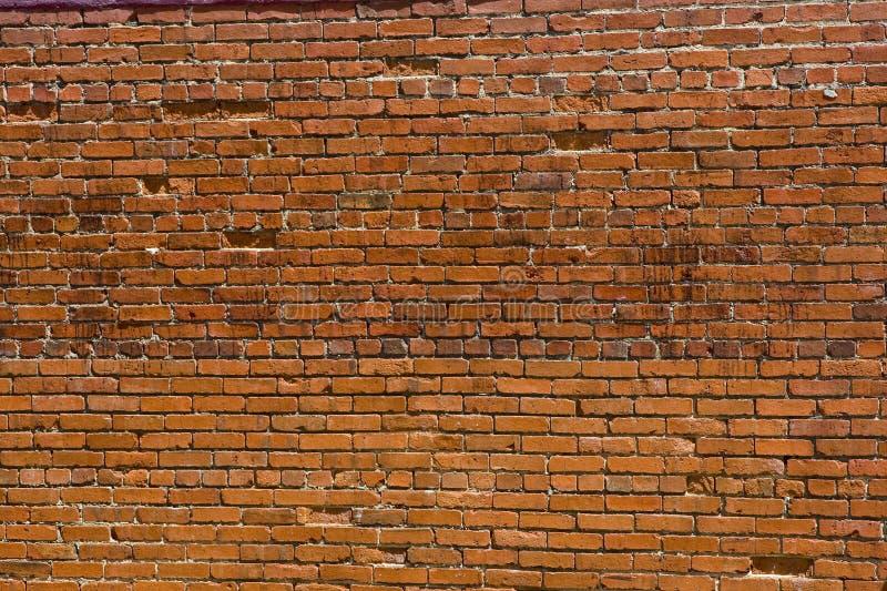 Vecchio muro di mattoni scheggiato e tagliato immagini stock libere da diritti