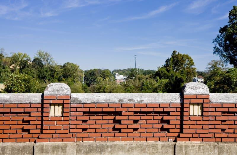 Vecchio muro di mattoni sotto cielo blu fotografie stock