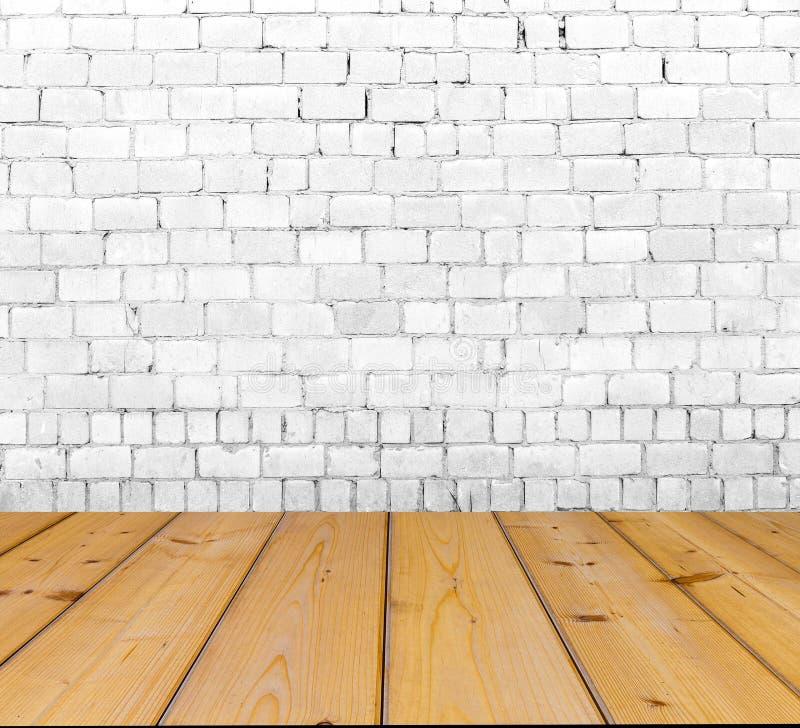 Vecchio muro di mattoni sul pavimento di legno fotografie stock