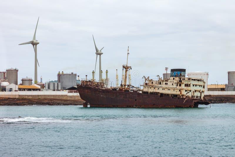 Vecchio naufragio abbandonato su porto immagine stock libera da diritti