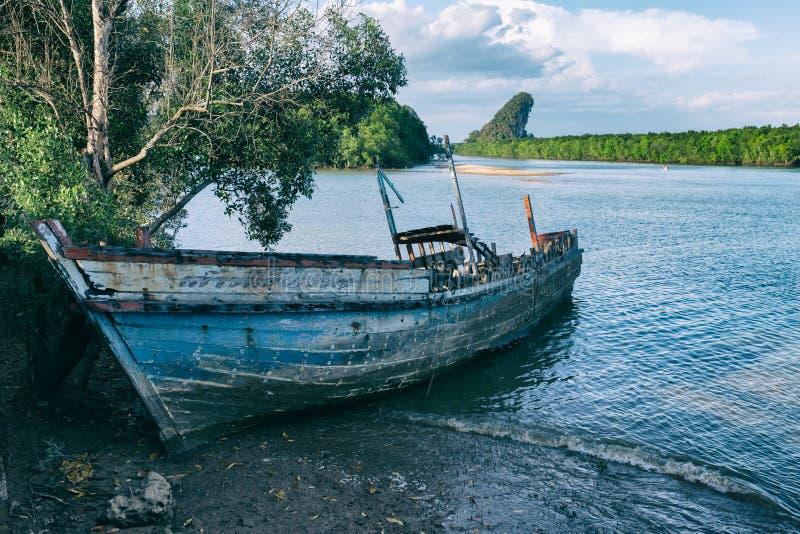 Vecchio naufragio di legno abbandonato fotografia stock