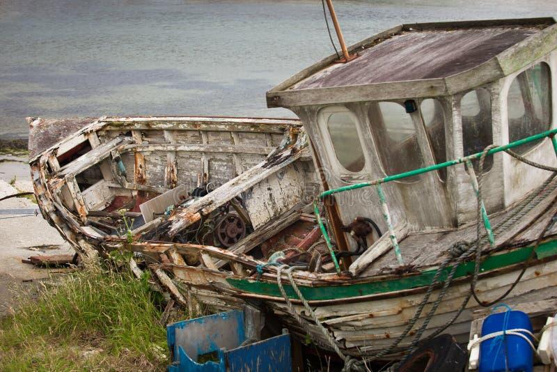 Vecchio naufragio sulla spiaggia da qualche parte in Irlanda fotografie stock libere da diritti