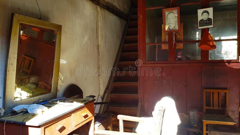 Vecchio negozio di barbiere nel centro storico di Xizhou, il Yunnan, Cina fotografia stock libera da diritti