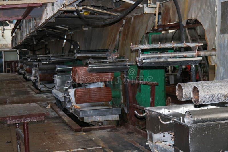 Vecchio negozio di pelatura chiuso arrugginito ad una raffineria d'organizzazione petrochimica abbandonata del prodotto chimico o immagine stock