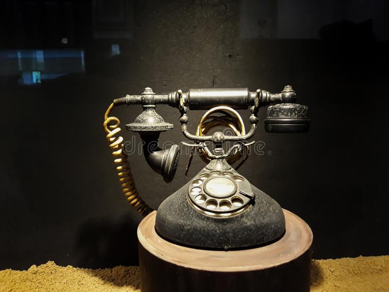 Vecchio oggetto d'antiquariato d'annata del telefono con la natura morta concettuale in museo Mandiri fotografia stock libera da diritti