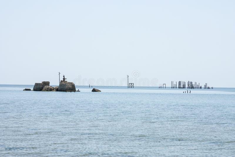 Vecchio olio di pompaggio abbandonato del terminale dai precedenti giacimenti di petrolio Industria petrolifera equipment Azerba immagini stock libere da diritti
