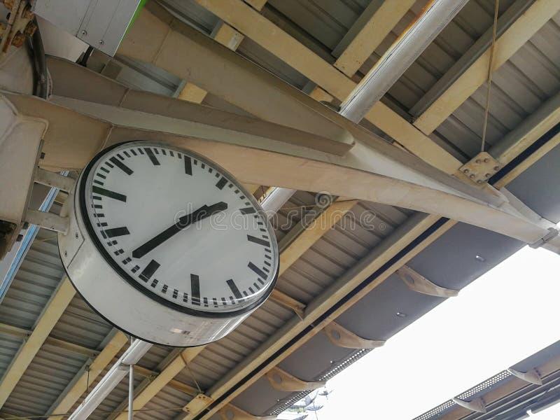 Vecchio orologio ad una stazione ferroviaria fotografie stock