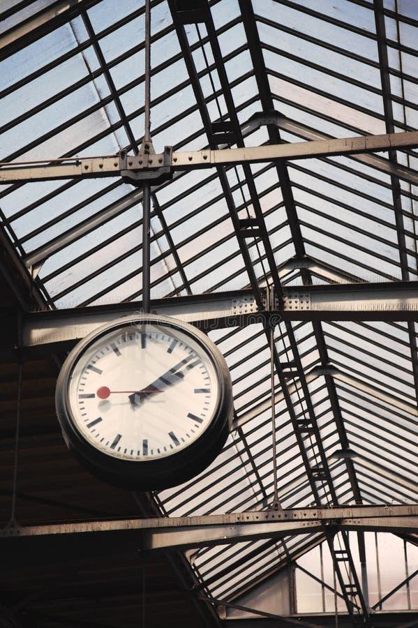 Vecchio orologio ad una stazione ferroviaria fotografia stock libera da diritti