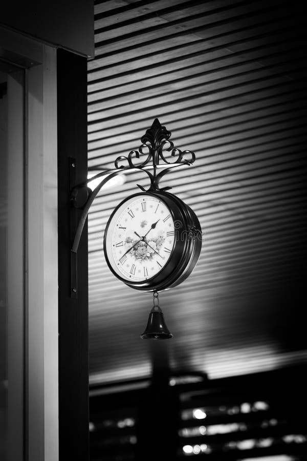 Vecchio orologio ad una stazione ferroviaria fotografie stock libere da diritti