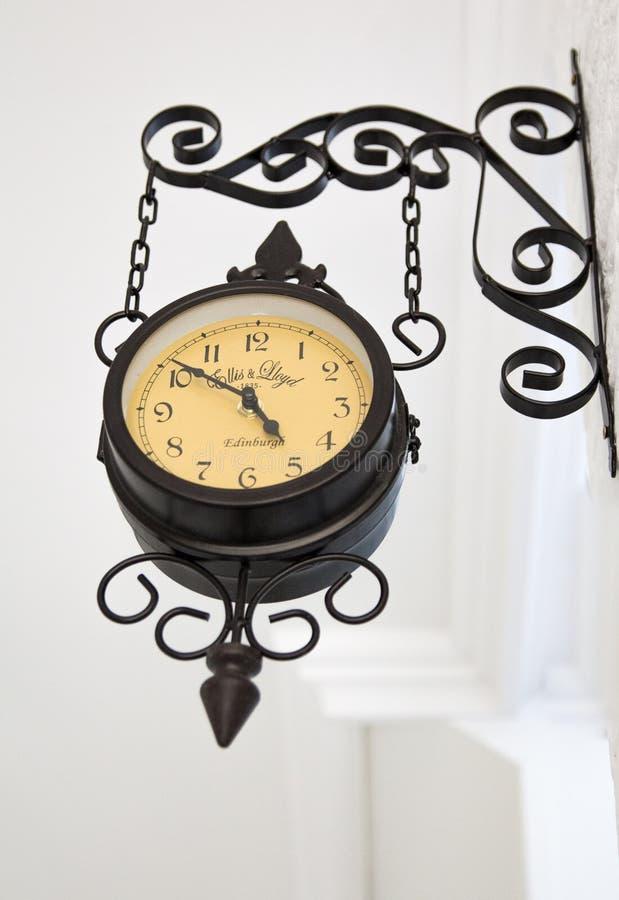 Vecchio orologio agganciato sulla parete fotografia stock