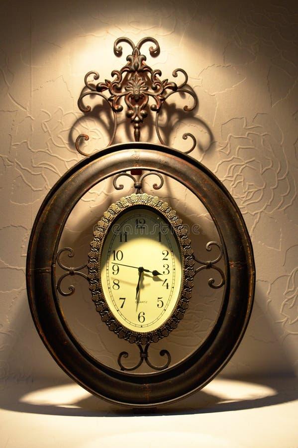 Vecchio orologio del metallo immagine stock